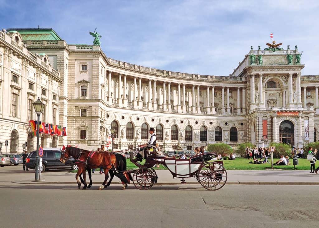 Hofburg met een koets met paarden in Wenen, Oostenrijk