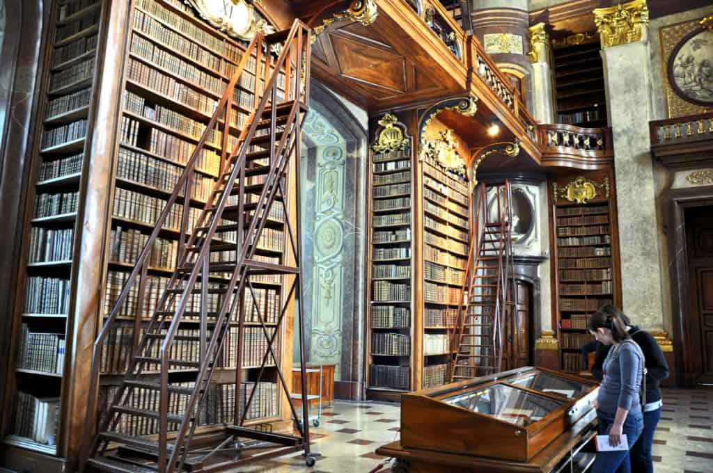 Interieur van de Nationale Bibliotheek met oude boeken in Wenen, Oostenrijk