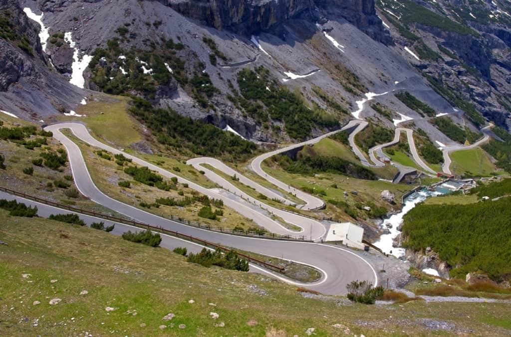 kronkelende weg stelviopas italie