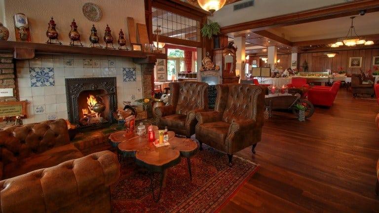 Open haard in de lounge van Grand Café Hotel Karsten