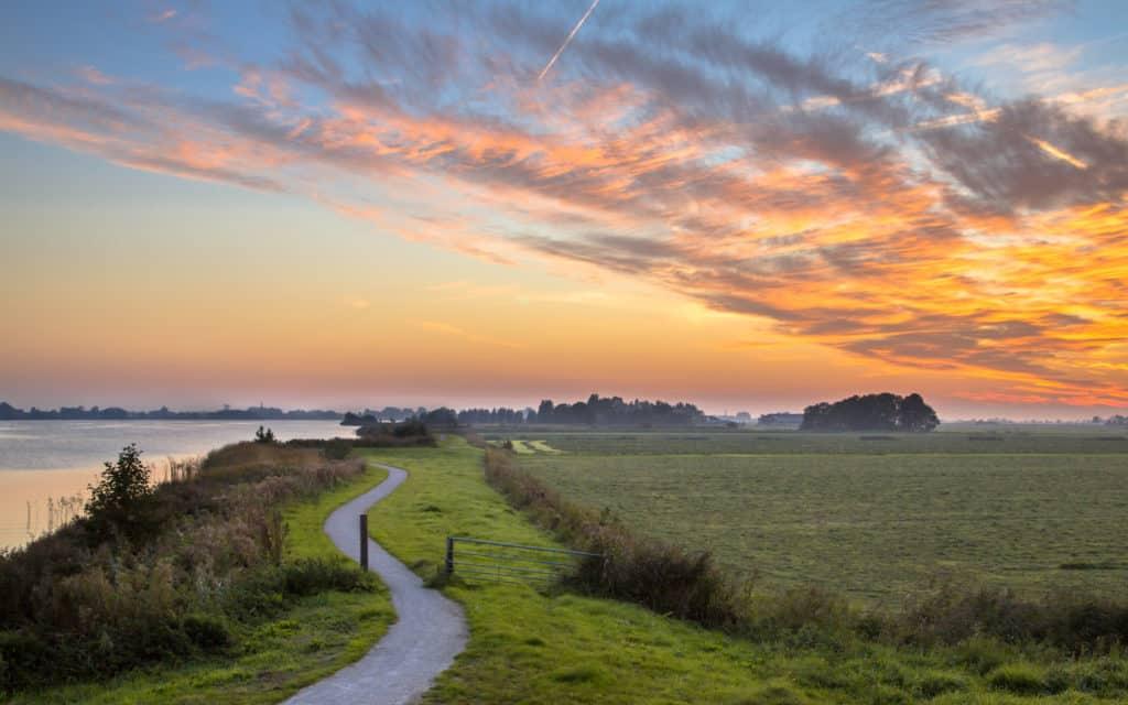 Polderlandschap met kronkelige fietspaden in Friesland