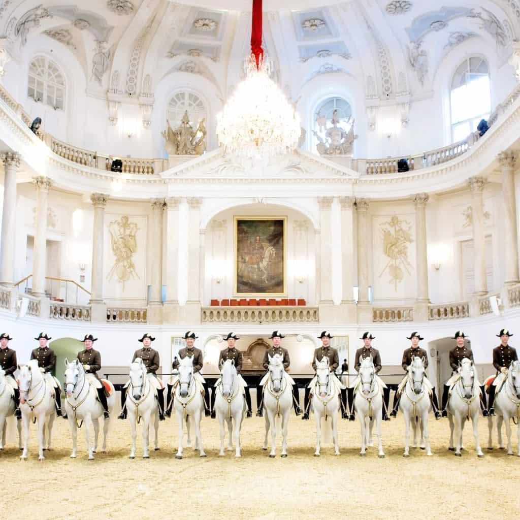 Ruiters op hun paarden in de Spaanse Rijschool in Wenen, Oostenrijk