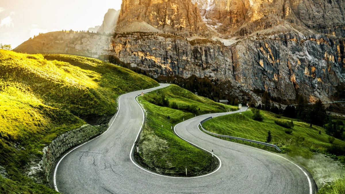 Snelweg door de bergen van de Dolomieten in Italië