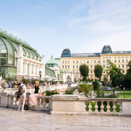 toeristen burggarten park achter hofburg paleis wenen oostenrijk
