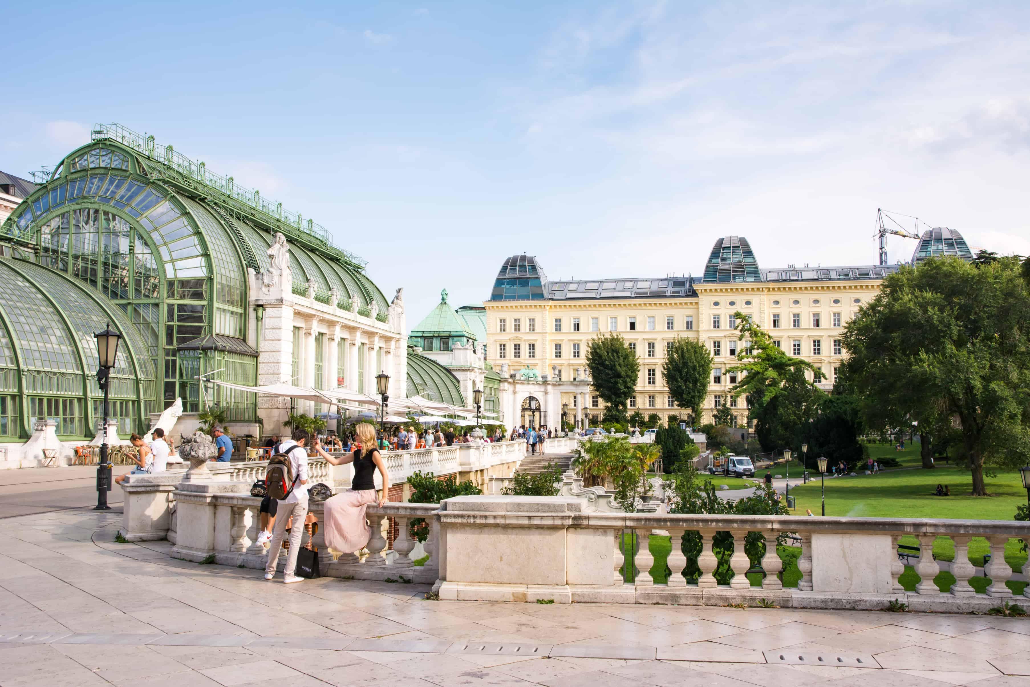 Toeristen in het Burggarten park achter het Hofburg paleis in Wenen, Oostenrijk