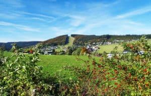 Uitzicht op het heuvelachtige landschap van Sauerland in Duitsland