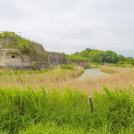 Uitzicht op een historische vesting in Zeeland