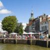 Uitzicht op de kade van Dordrecht met de stadspoort Groothoofdspoort op de achtergrond