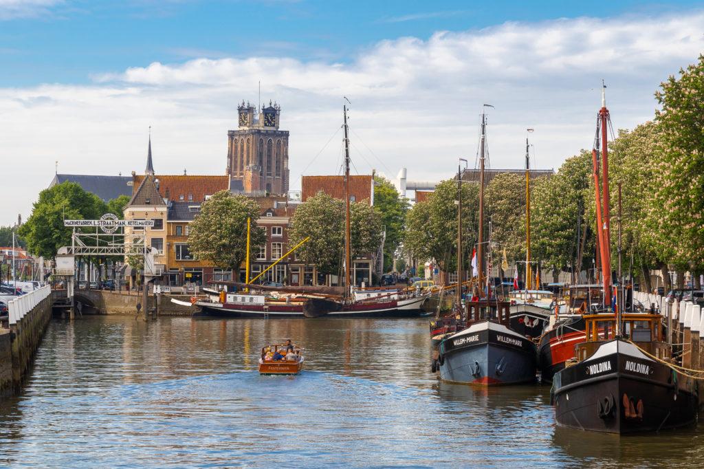 Uitzicht op de Nieuwe Haven in Dordrecht met de Grote Kerk in de achtergrond
