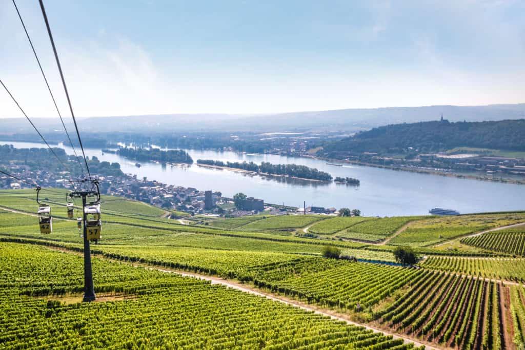 Uitzicht vanuit de kabelbaan naar het Niederwald Monument over de stad Rüdesheim in Duitsland