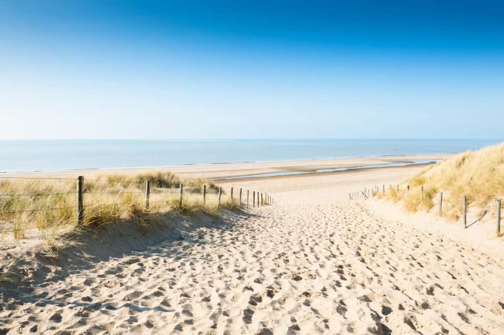 Uitzicht op zee vanuit de duinen in Noordwijk aan zee, Zuid-Holland