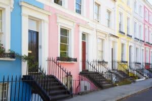 vrolijk gekleurde huizen straat londen engeland