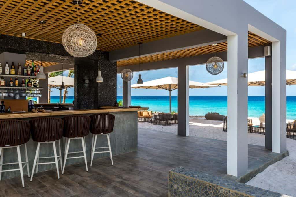 Bar van Delfins Beach Resort Bonaire in Kralendijk, Bonaire