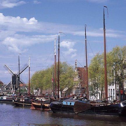 Boten in het centrum van Leiden, Zuid-Holland