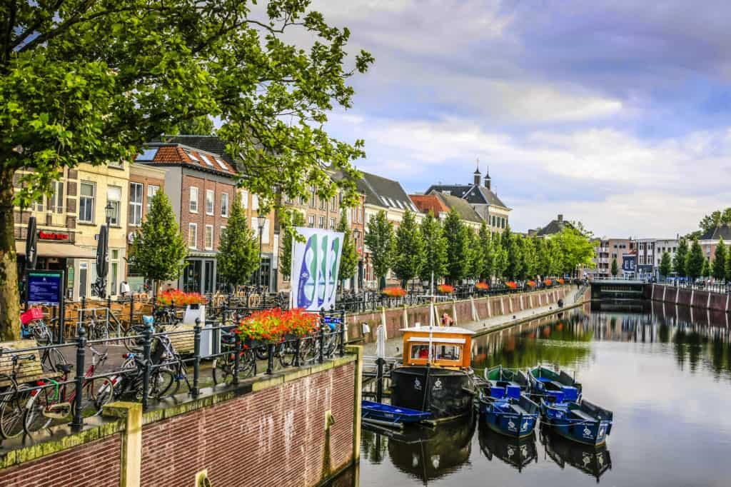 Huizen en terras aan een gracht in Breda, Noord-Brabant