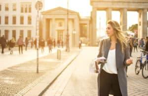 Jonge vrouw met een plattegrond voor de Brandenburger Tor in Berlijn, Duitsland