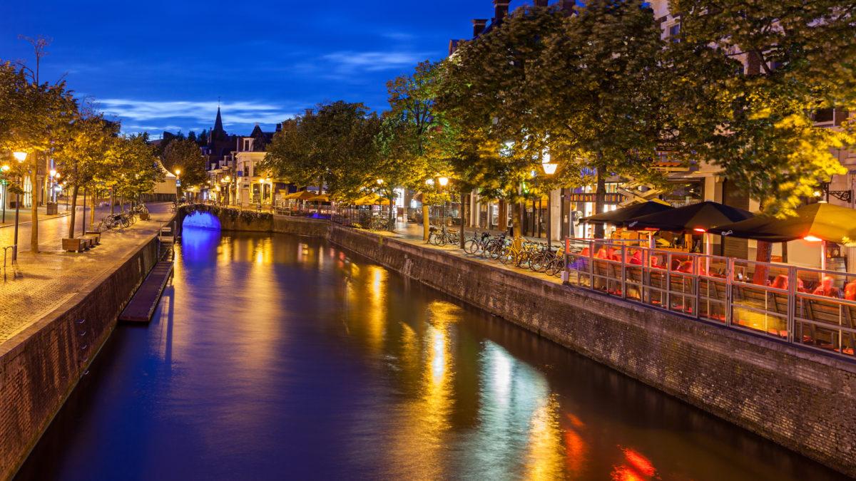 Kanaal in Leeuwarden met grachtenhuizen in de avond