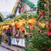 Kerstboom en kraampje op een Kerstmarkt in Berlijn, Duitsland