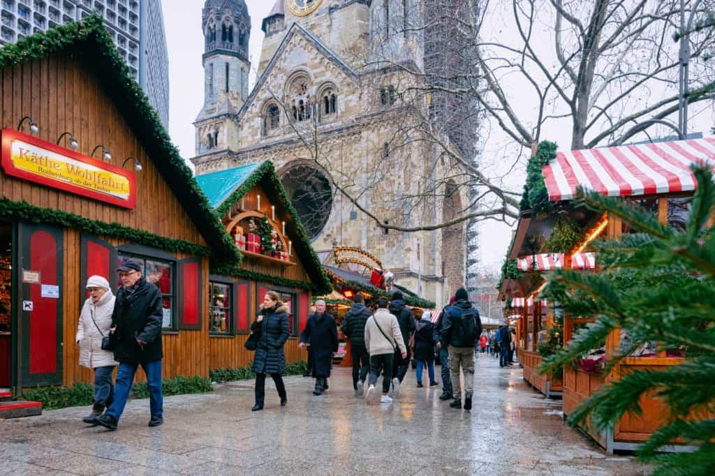 Kerstmarkt bij de Gedächtniskirche in Berlijn, Duitsland