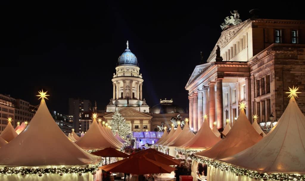 Kerstmarkt op de Gendarmenmarkt in Berlijn, Duitsland