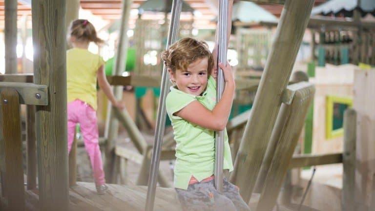 Kinderen aan het spelen in de indoor speeltuin van 't Hooge Holt