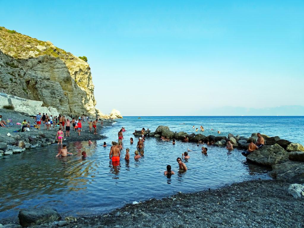 Mensen aan het baden in Embrós Thermé op Kos, Griekenland