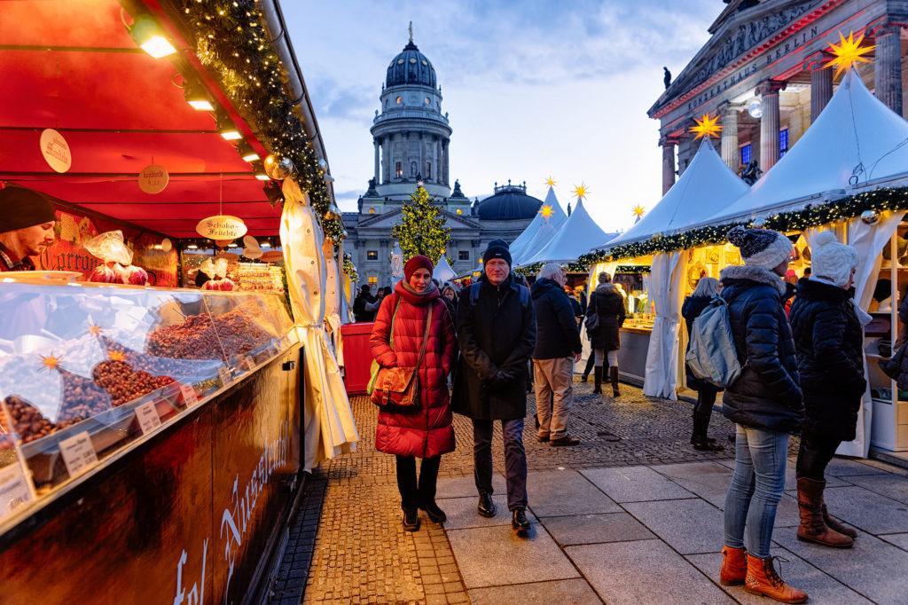 Mensen en kramen op de Kerstmarkt op de Gendarmenmarkt in Berlijn, Duitsland