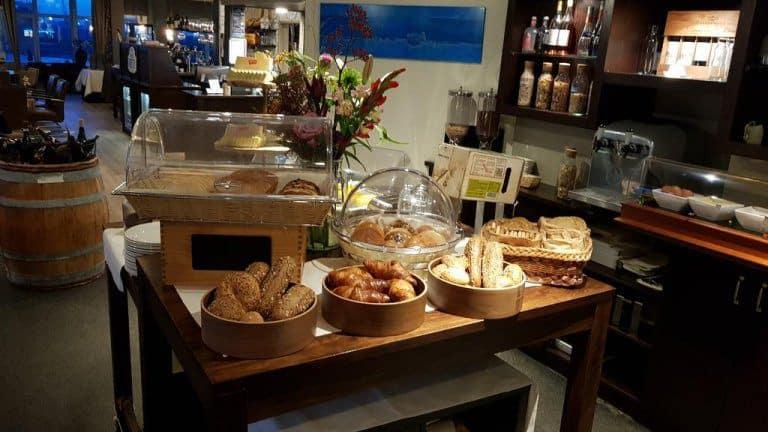 Ontbijtbuffet van Eemshotel in Delfzijl, Groningen, Nederland