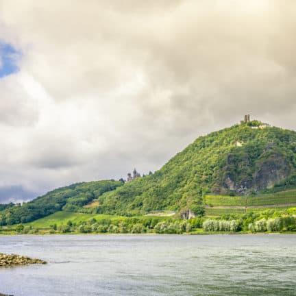 Rijn en ruïne van Drachenfels bij Königswinter in Duitsland