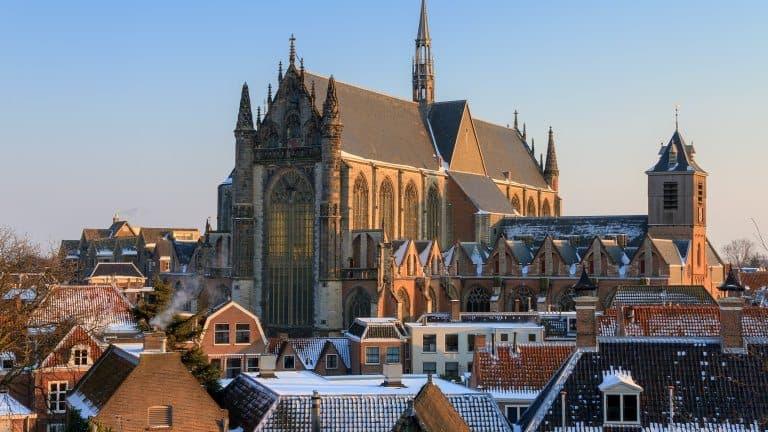 De kerk van Leiden met sneeuw in Zuid-Holland