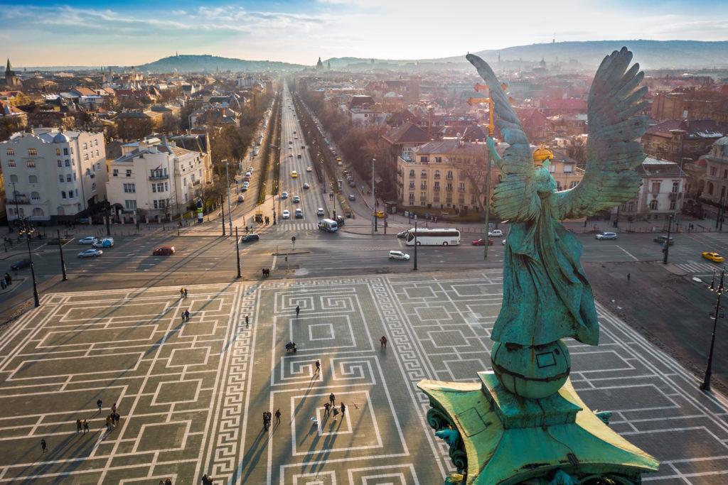 Uitzicht over de Andrássyboulevard tijdens zonsondergang in Budapest, Hongarije