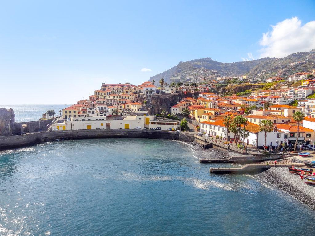 Uitzicht op de baai en stad Funchal op Madeira, Portugal