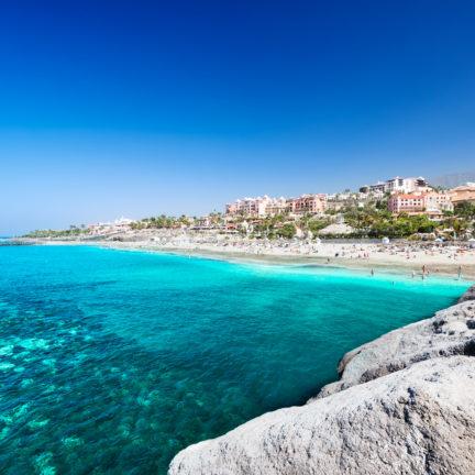 Uitzicht op de blauwe zee en het strand van Playa de las Américas op Tenerife, Spanje