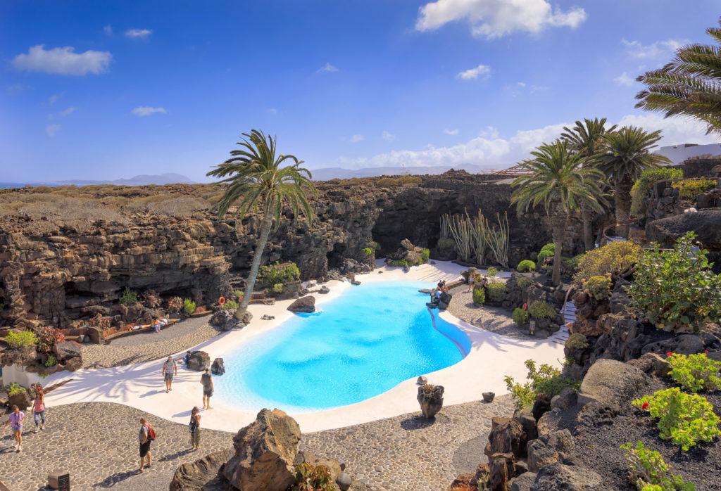 Uitzicht op het ultrablauwe zwembad van Jameos del Agua op Lanzarote