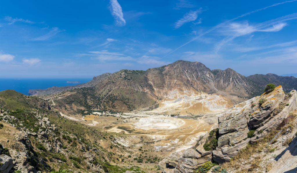 Uitzicht op vulkaankrater op het eiland Nisyros, Griekenland
