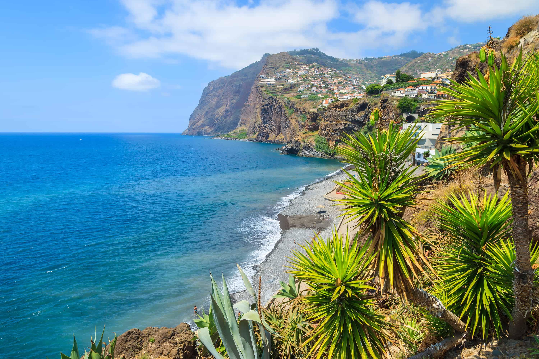 Uitzicht op zee, Cabo Girao klif en Camara de Lobos op Madeira, Portugal