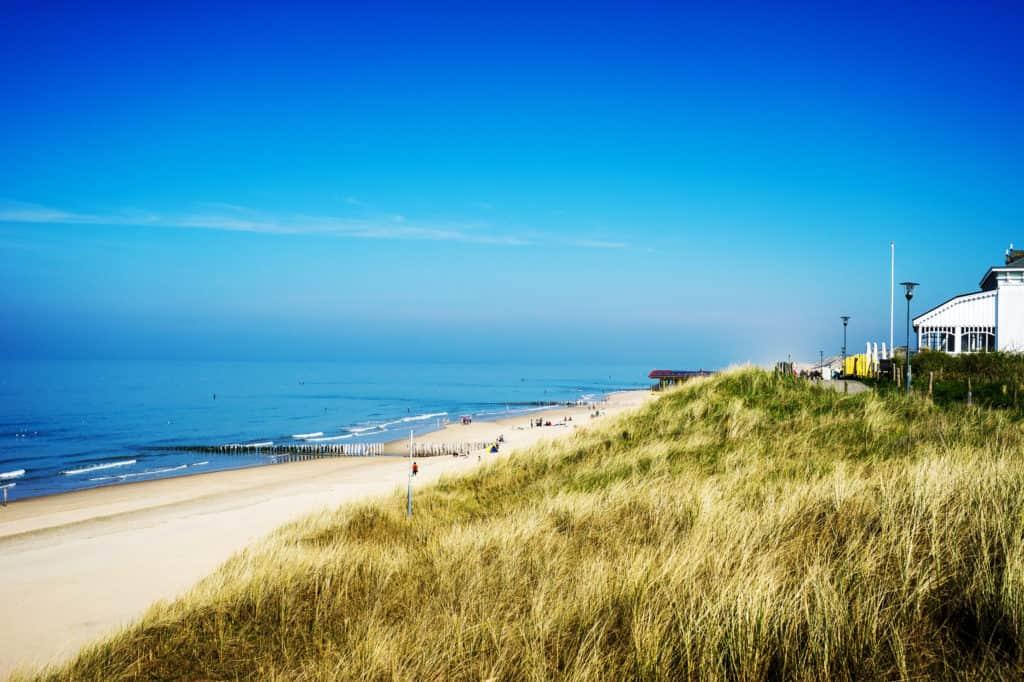 Uitzicht op zee, strand en duinen in Zeeland, Nederland