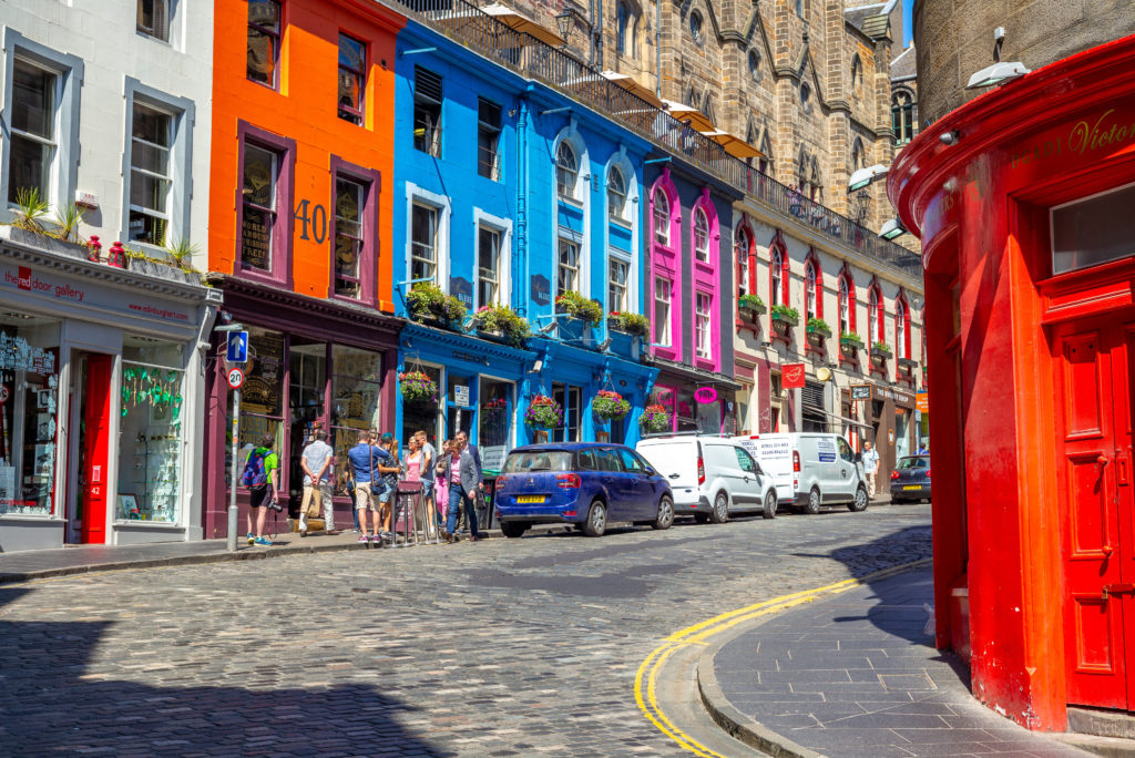 Vrolijk gekleurde huizen in Victoria street in Edinburgh, Schotland