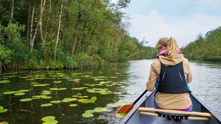 Vrouw in kano in de Biesbosch