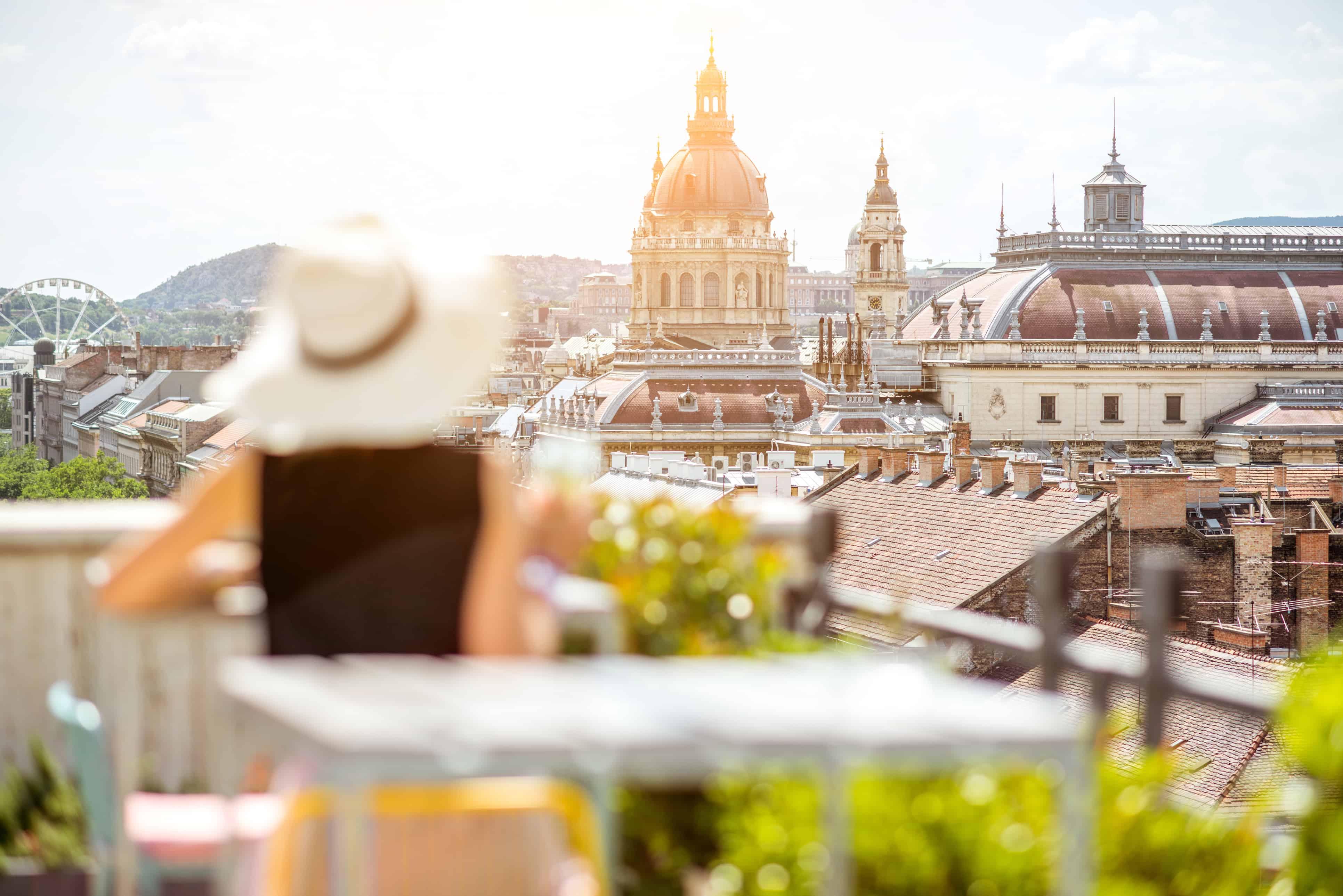 vrouw met hoed kijkt uit boedapest hongarije