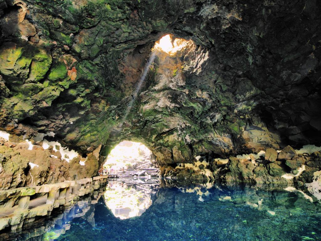 Zonlicht valt naar binnen bij het meertje van Jameos del Agua op Lanzarote
