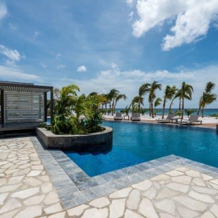 Zwembad van Delfins Beach Resort Bonaire in Kralendijk, Bonaire