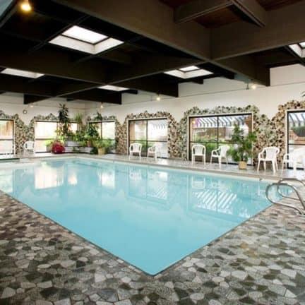 Zwembad van Jasper Marmot Lodge in Jasper, Canada