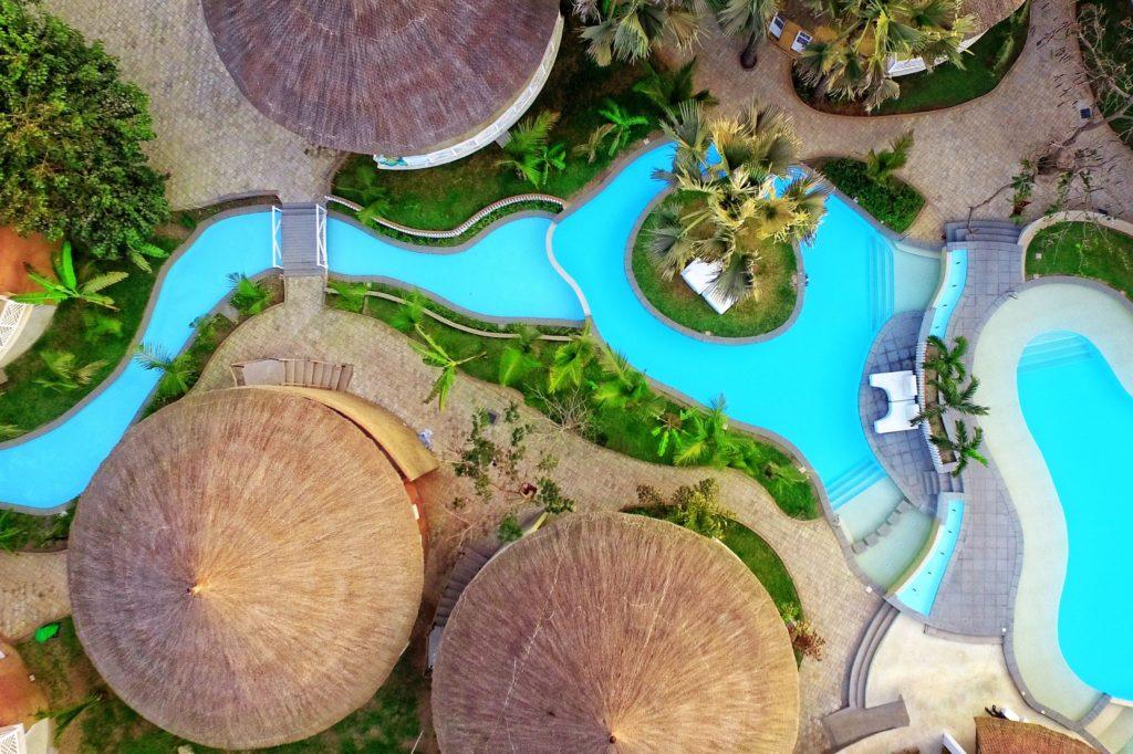 Zwembaden van Balafon Beach Resort in Kololi, Western, Gambia