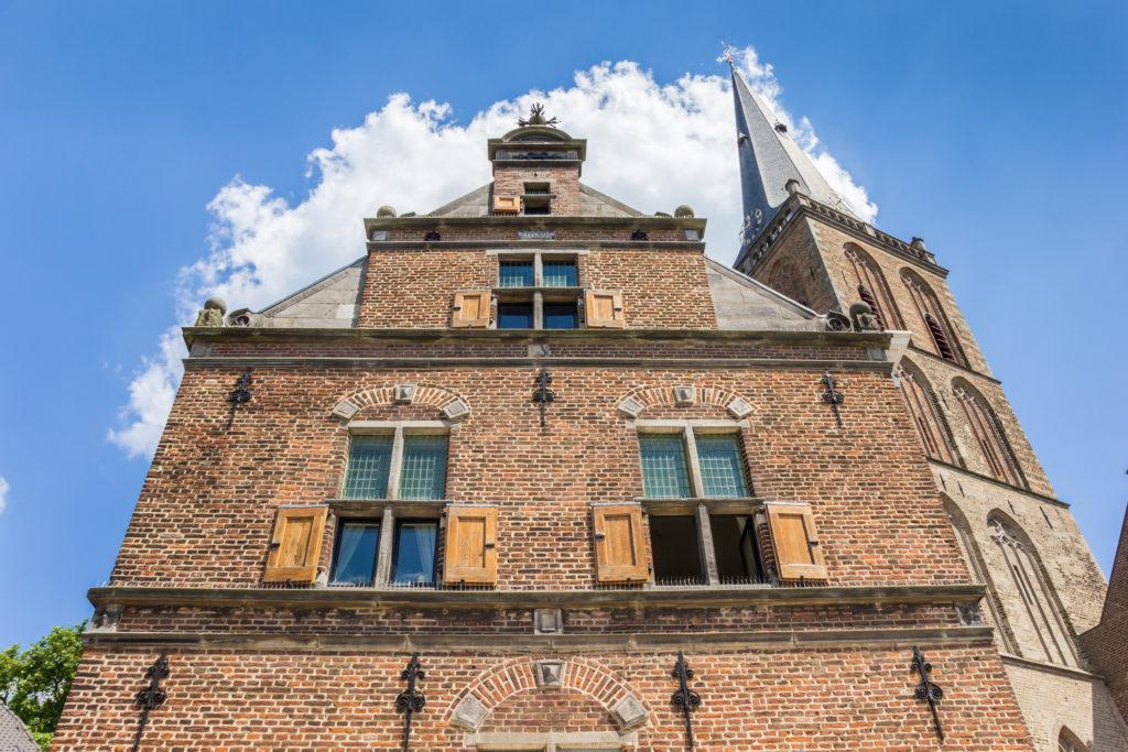 Gevel en kerktoren van de kerk in Lochem, Gelderland