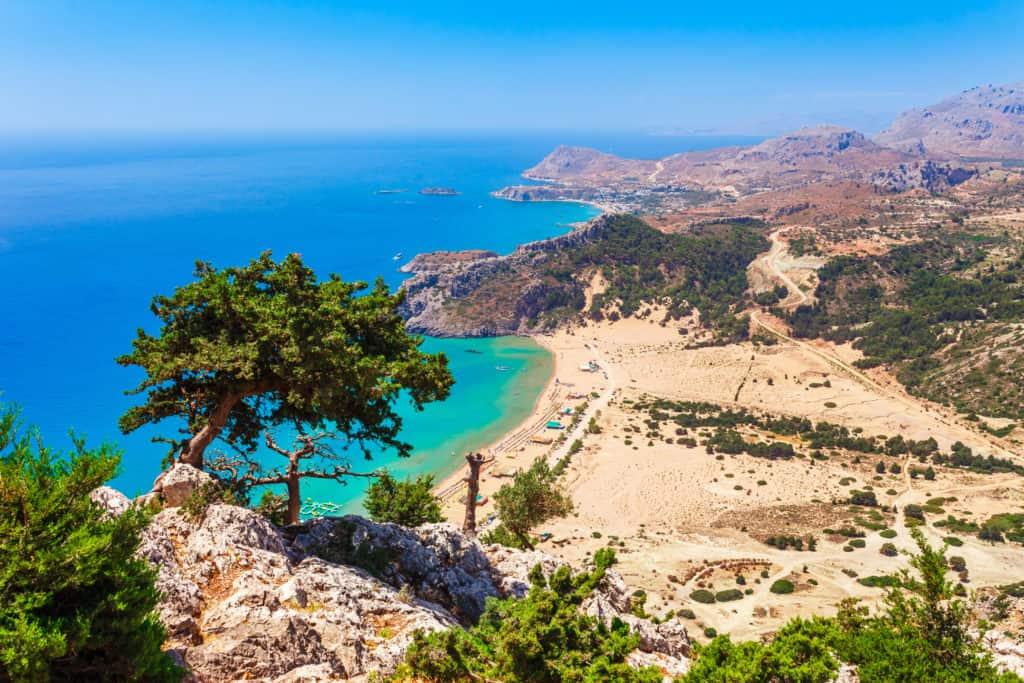 Het strand van Tsambika op Rhodos in Griekenland