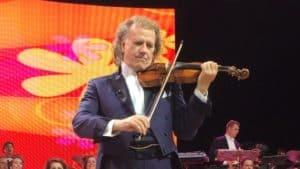 André Rieu speelt viool