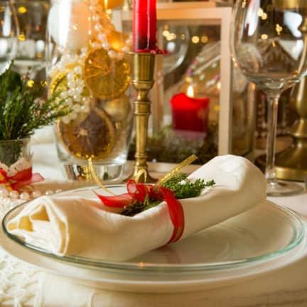 Kerstdiner met servet op een bord