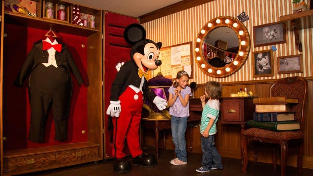 Kinderen met Mickey Mouse in Disneyland Parijs, Frankrijk