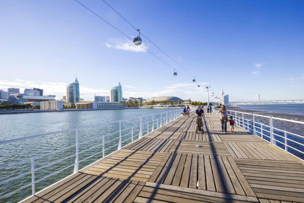 Loopbrug en uitzicht op de kabelbaan in Parque das Nações in Lissabon, Portugal